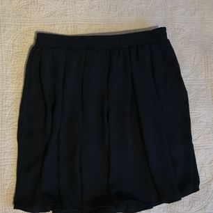 Jätte fin kjol från brandy Melville! I storlek one size- passar de flesta med tanke på resorbera i midjan!