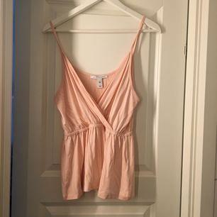 Superfint rosa linne från NellyTrend. (samma modell som på 2a bilden) Storlek M. Knappt använt, som nytt. 50 kr, frakt tillkommer (36 kr) ✨