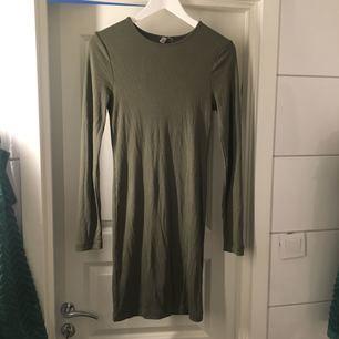 Ribbad, långärmad klänning köpt på Asos. Storlek 40. Aldrig använd. 75kr, frakt tillkommer.✨
