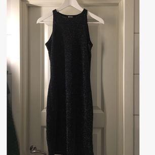 Svart silver-glittrig klänning köpt på Missguided. (samma modell som på 2a bilden, men annan färg) Perfekt nyårsklänning! 🎆🎇Storlek 10 (motsvarar M/38).  Endast använd 2ggr. 65 kr (frakt tillkommer) ✨