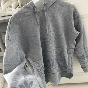 """Den populära """"three stripes"""" tröjan ifrån adidas. Tyvärr passar den inte mig så därför är den helt oanvänd tyvärr.. +frakt 50kr🌹"""