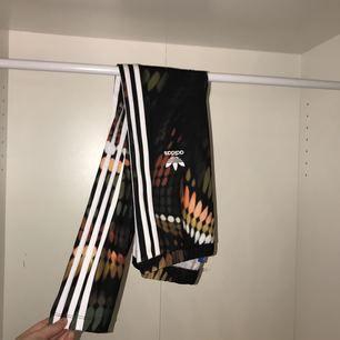 jättesköna och coola adidasleggins köpta från Adidas.se. Storlek S men väldigt stretchiga. Frakt ingår i priset!