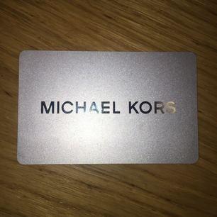 Presentkort på 1600 kr från Michael Kors. Säljer den för jag har inte hittat något som jag vill ha från affären. Jag har kvittot som bevis på att summan finns i kortet. Pris kan diskuteras!!!!!