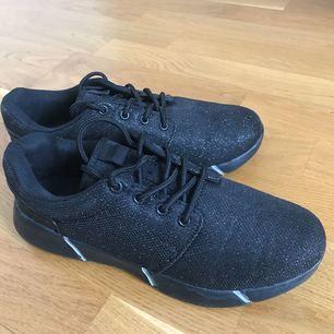 Unika och skitsnygga svartglittriga sneakers! Köpta i en skoaffär i Portugal men är helt oanvända ändå🤩🤩