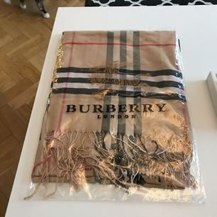 Burberry halsduk (KOPIA, ej äkta). Använd ett par gånger! Den är ca 170cm lång och 70cm bred. Frakten ingår i priset! Tar endast emot swish betalning!