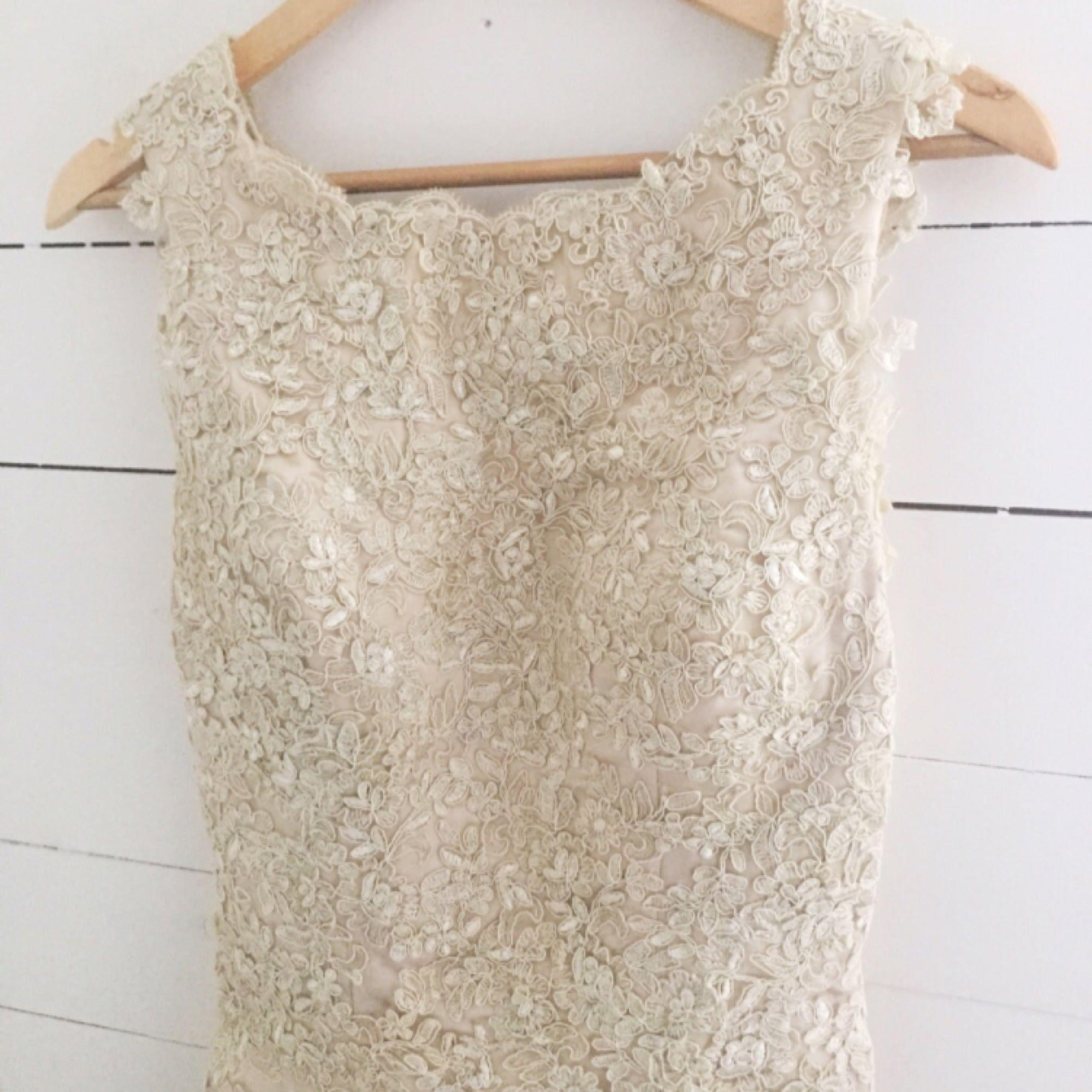 7145071abda6 Champagnefärgad balklänning med spetsdetaljer och tyll efter rumpan. Huuur  fin som helst!