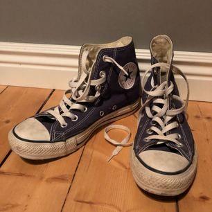 Näst intill nya Converse, använda fåtal gånger. Fint skick utan skada på sulor eller snören.  Köpare betalar eventuell frakt.
