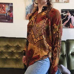 Snygg tröja köpt på second hand! Gillar verkligen mönstret. Passar alla=unisex och passar många olika storlekar. Jag har strl S/M som referens. Jätteskön😍 frakt ingår i priset ✨