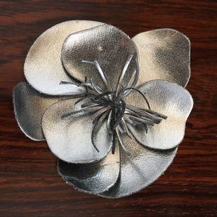 Stor silverfärgad blombrosch - perfekt maffig och festlig detalj!