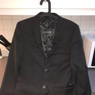 Kavajen är storlek 42 slim fit regular & kostymbyxor storlek 28-30, använt 1 gång. Pris vid köp: 2499kr - Nu: 1200kr