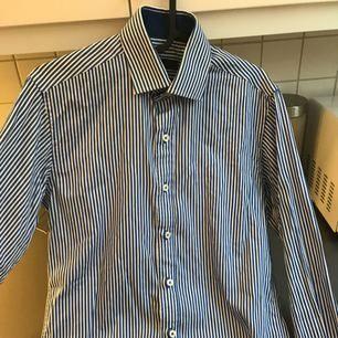 Vit blå randig skjorta, använt ett par gånger, slimfit