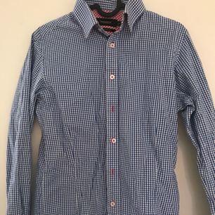 Vit blå rutig skjorta, använt ett par gånger.