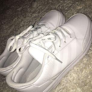 Helt nya sneakers från adidas. Använda 1 gång. Köparen står för frakten