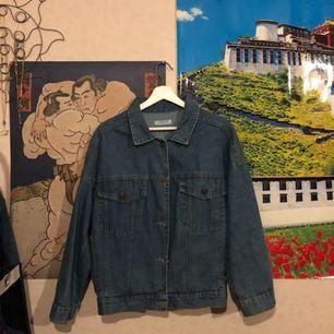 Jeansjacka från Åland, ett koreanskt märke, köpt i Hong Kong. Jackan är mer 'boxig' och passar allt emellan XS-L. Frakt tillkommer på 50kr