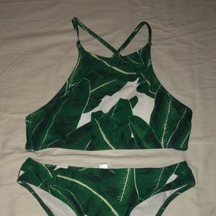 Snygg halterneck- bikini som jag tyvärr inte använder då trosorna är för små för mig. Skulle säga att trosorna är en liten M eller en S. Banden är korsade i ryggen på toppen. ☺️ Eventuell frakt står köparen för 🌼