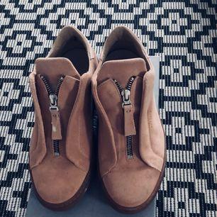 Säljer mina jättefina Axel Arigato skor. Perfekta till alla tillfällen, minimalt använda!   Nypris : 1599:-  Mitt pris: 650   Pris kan diskuteras vid snabb affär