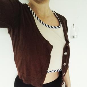 Den perfekta korta koftan! Slutar precis vid midjan och blir därför assnygg med höga byxor eller kjolar. Skitbra basplagg som passar till allt!👌❤🎉