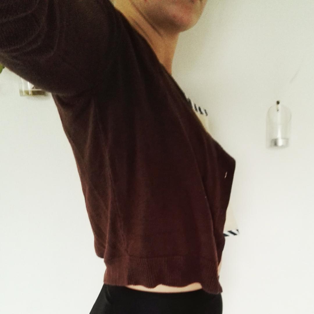 Den perfekta korta koftan! Slutar precis vid midjan och blir därför assnygg med höga byxor eller kjolar. Skitbra basplagg som passar till allt!👌❤🎉. Tröjor & Koftor.
