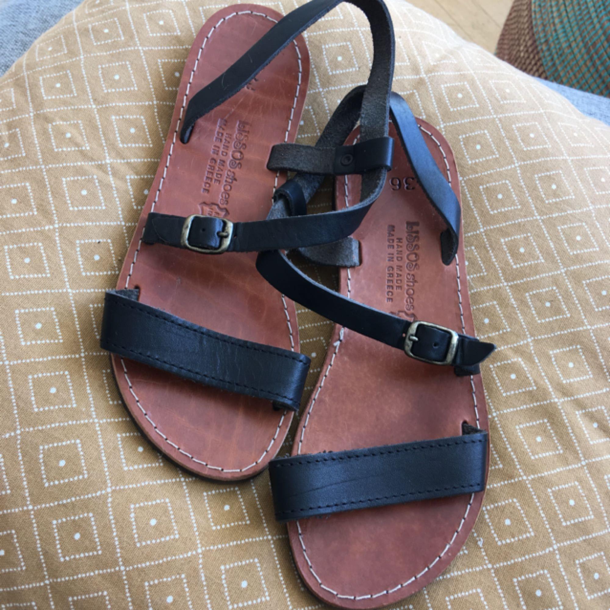 Så söta handgjorda sandaler köpta i Grekland! Aldrig använda😩  Perfekta till sommaren som förhoppningsvis kommer snart☀️ Se bild 3 för att se hur de sitter på foten! (Ursäkta kass bild🙄). Skor.