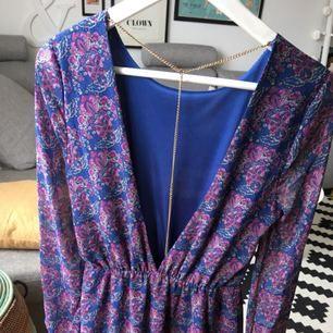 Underbar klänning från Bikbok med djup rygg + kedja som går att ta av!  Använd ett fåtal gånger.