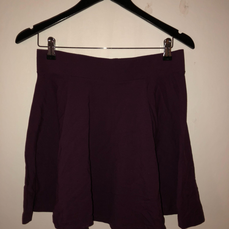 38055c2823f5 En lila kjol i fint skick H&M Kjolar - Second Hand