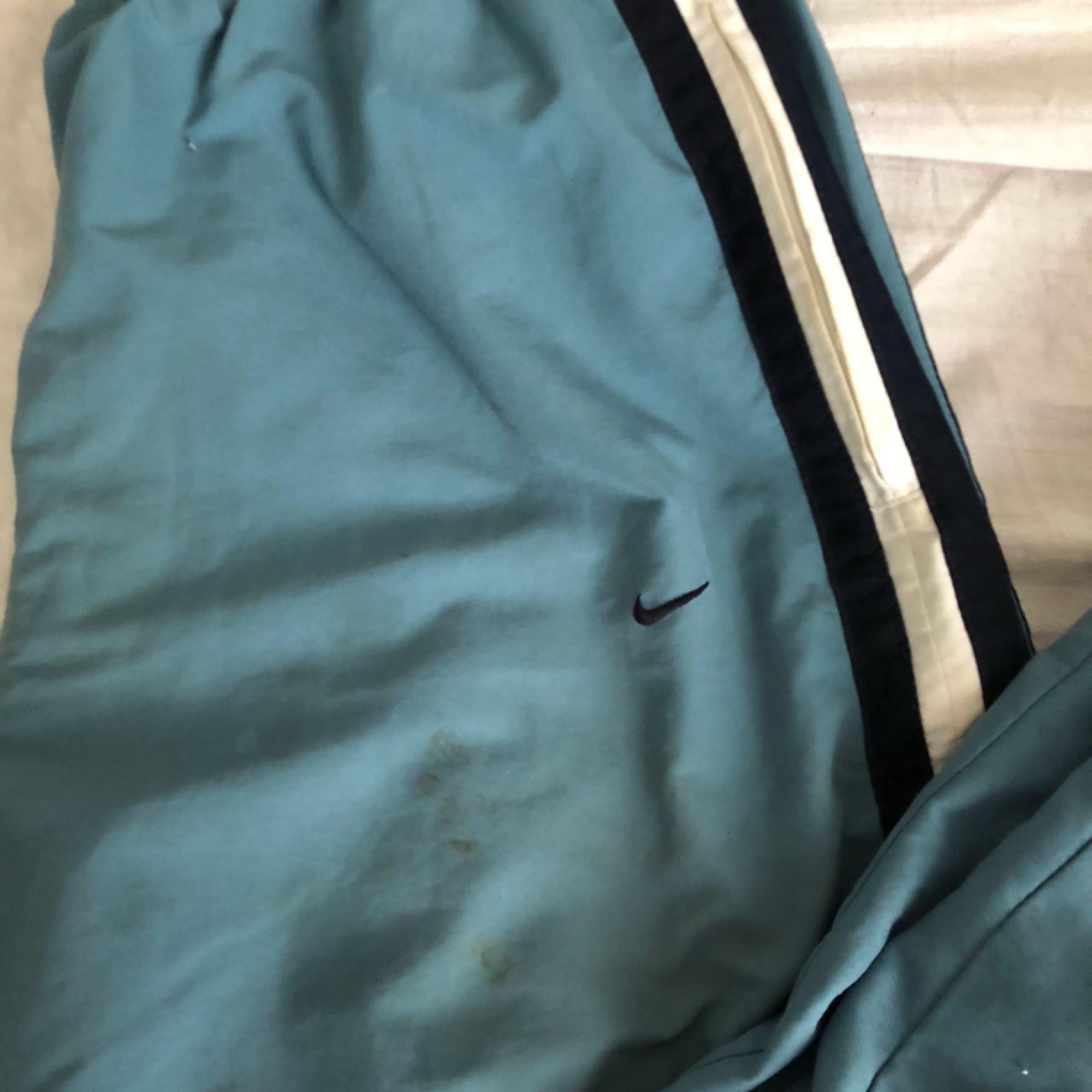 fantastiska Nike blåbyxor, har också sidofärgerna mycket trendiga. Det finns en liten fläck på det, det är därför jag sände priset 50 eller mer.. Jeans & Byxor.