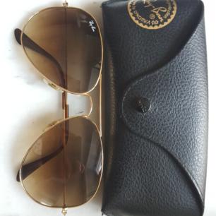 Säljer ett par näst intill oanvända rayban pilotglasögon.  Nypris 1500