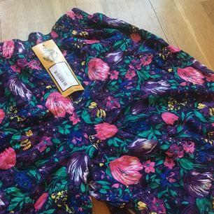 Shorts från Beyond Retro i storlek M. Aldrig använda med taggen kvar. Det är hål i ena fickan, därav det låga priset. Men det går nog lätt att sy ihop av den händige. Ser ut som en kjol när man har den på sig men egentligen är det shorts!