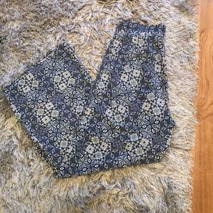 Oanvända byxor i skönt, tunt tyg med härligt blått mönster. Köpta från bikbok, men aldrig använda. Fraktkostnad tillkommer!