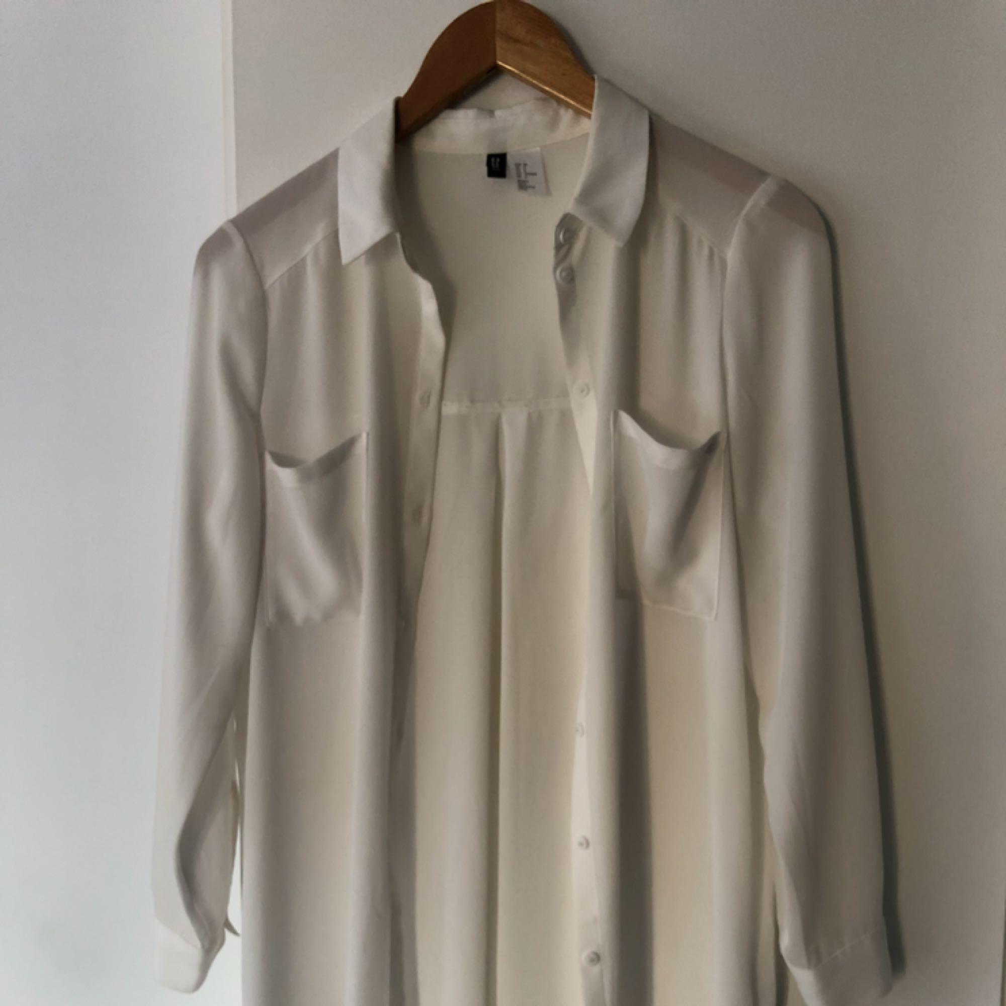 Skjorta i lång modell. Halvt genomskinlig - H M Skjortor - Second Hand f536e64a4313c