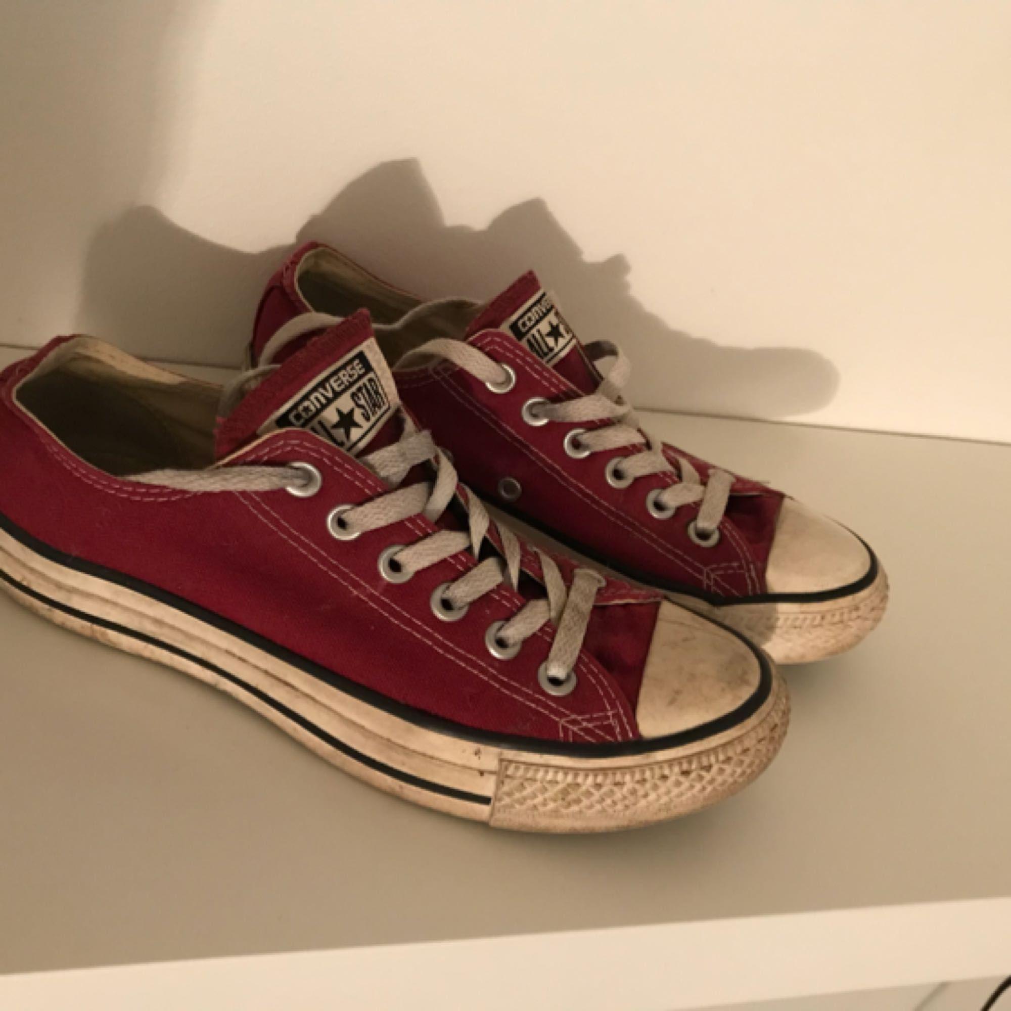 c053358bd3c Vinröda converse skor. Bra skick Köparen står för frakt. Skor.