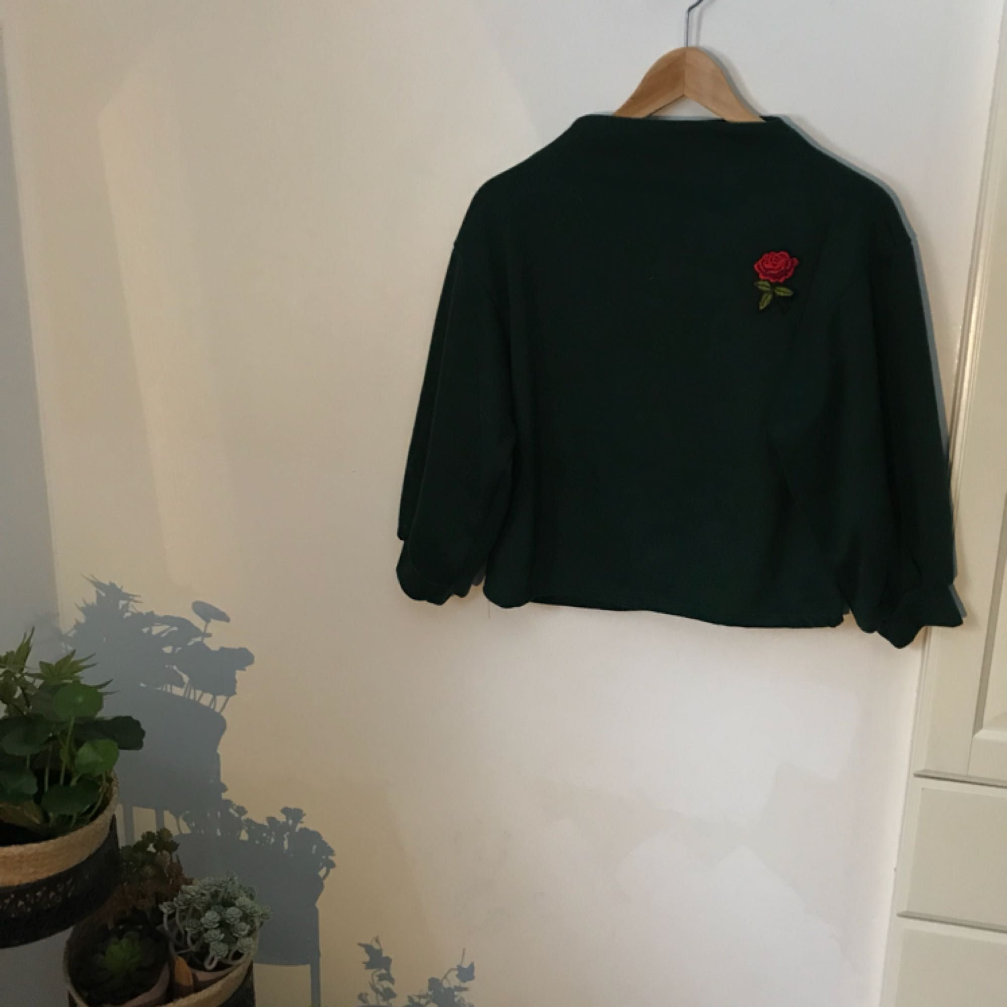 Jättesnygg tröja från zaful med broderad ros, aldrig använd. Färgen syns bäst på den andra bilden. Hög i kragen och kortare i ärmarna. Köparen står för frakt eller så kan jag mötas i Stockholm/täby! . Tröjor & Koftor.