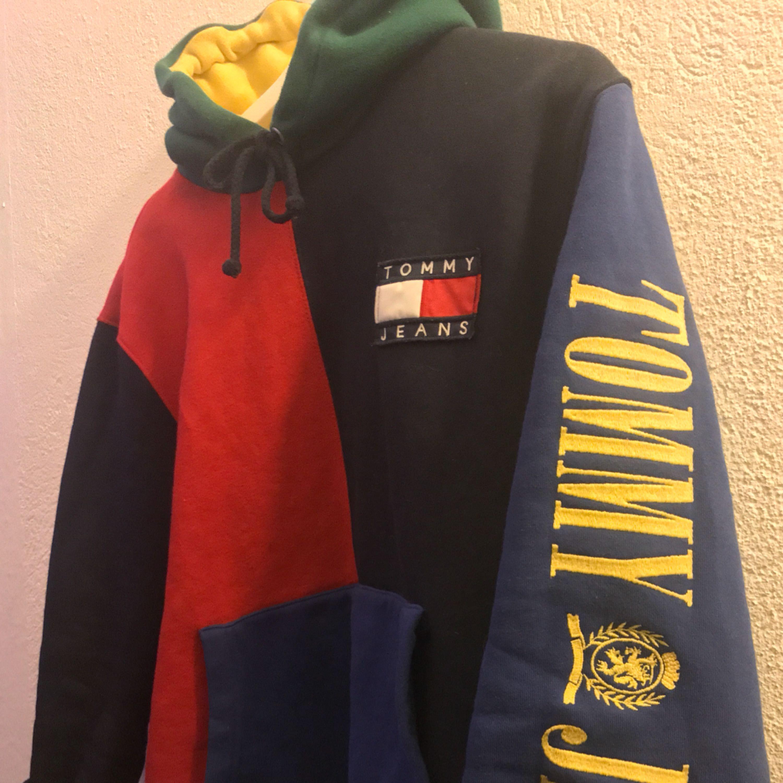 """Otroligt snygg color block hoodie från tommy hilfigers 90-tals inspirerade kollektion """"tommy jeans 90's"""". Denna kostade 1400kr på release och sålde slut på en gång.  900kr eller bud, med tanke på hur eftertraktad den är.. Huvtröjor & Träningströjor."""