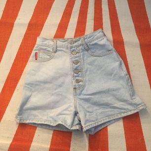 """Säljer ett par otroligt coola högmidjade ljusa shorts ifrån populära märket """"Bongo"""" inköpta på Beyond Retro. I fint skick och i 100% bomull (denim). Inga skavanker. Storleken är dock lite oklar, då det står """"size3"""" men skulle säga att de passar storlek XXS-s, mätte midjan med måttband och då är den iaf ca 65 cm"""