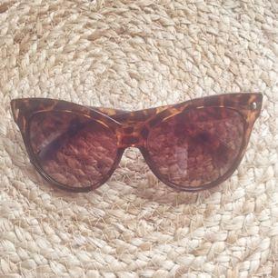 Såå fina solglasögon köpta i London härom året. Använt fåtal ggr då de är för stora för mig. (Har ganska litet ansikte 😊)   Möts upp i Stockholm.