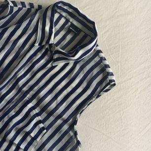 Superskön, lite transparent blus/skjorta. En knapp är lite trasig men den gömmer sig! Frakt tillkommer 🌿