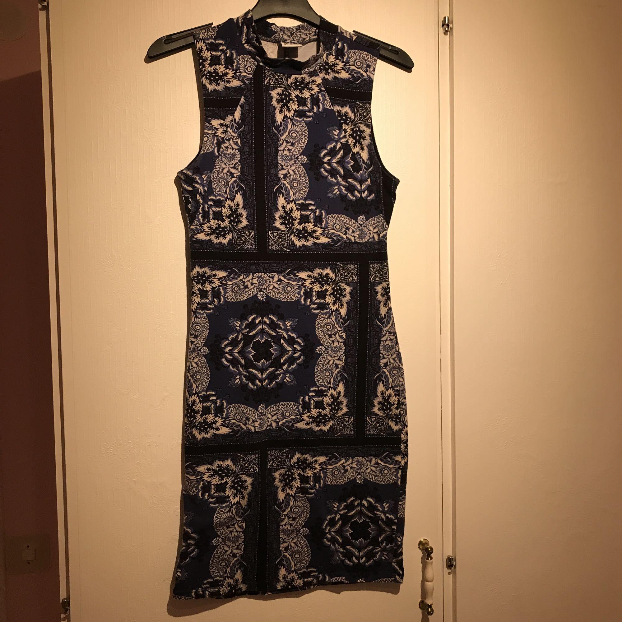 6a2a5bc4fc78 En meget flot og stilfuld meget stram kjole med en mini polo hals. Blå ...