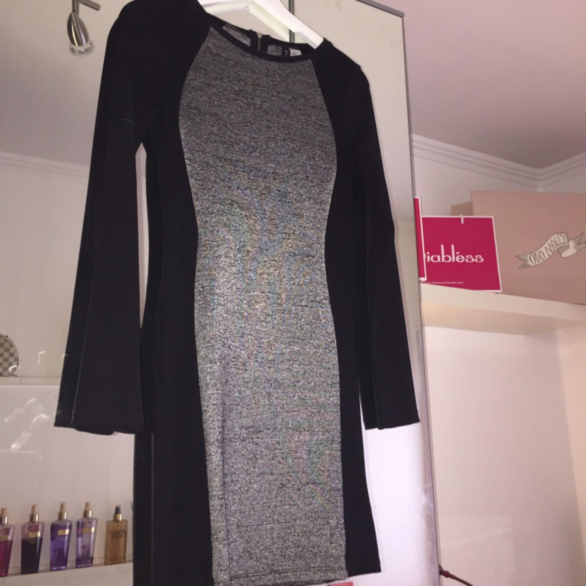 123034278325 En grå   sort kjole. Lille lynlås i ryggen. 10 cm.