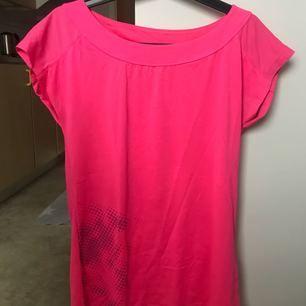 Här har vi en träningströja med en fin rosa färg men kommer tyvärr inte till användning. Använt max 5 gånger. Om man vill mötas upp ska man kunna lösa det annars får du stå för frakt!:)