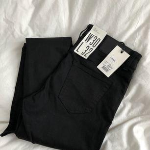 Helt nya super snygga svarta jeans från tiger of Sweden! Endast testade och säljs för att dom tyvärr var för stora för mig! 🌵 + 35 kr frakt, nypris 1199 och säljs för 200! 🎈 50% GÅR TILL VÄLGÖRENHET!!!!🌹 Endast swish!!