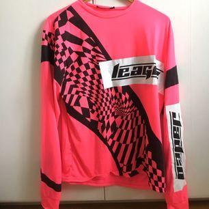 Långärmad tröja från JADED London.  Frakt inkluderat i priset!