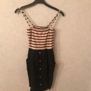 Snygg klänning från Vero Moda! Det går att ta bort banden :)
