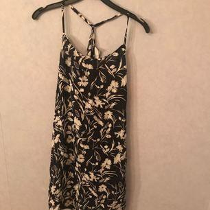 Somrig klänning från weekday. Aldrig använd! Prislapp kvar.