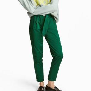 Oanvända HÖGmidjade kostymbyxliknande byxor från H&M. Säljer pga att jag inte vill ha pä mig H&M då deras värderingar inte går hem hos mig. Helt oanvända i övrigt superfina byxor!