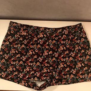 Snygga blommiga shorts från H&M