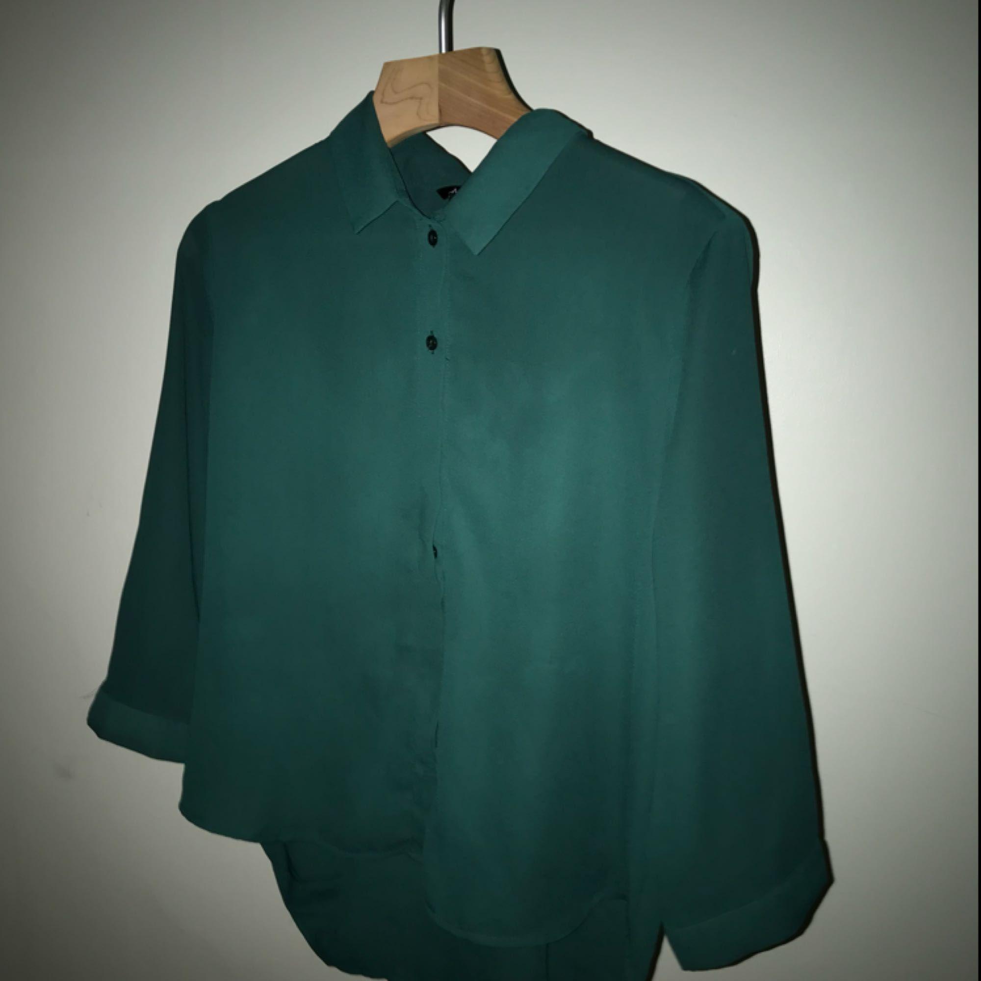 En grön blus från Monki. Den är - Monki Blusar - Second Hand 2585a2e5305f0