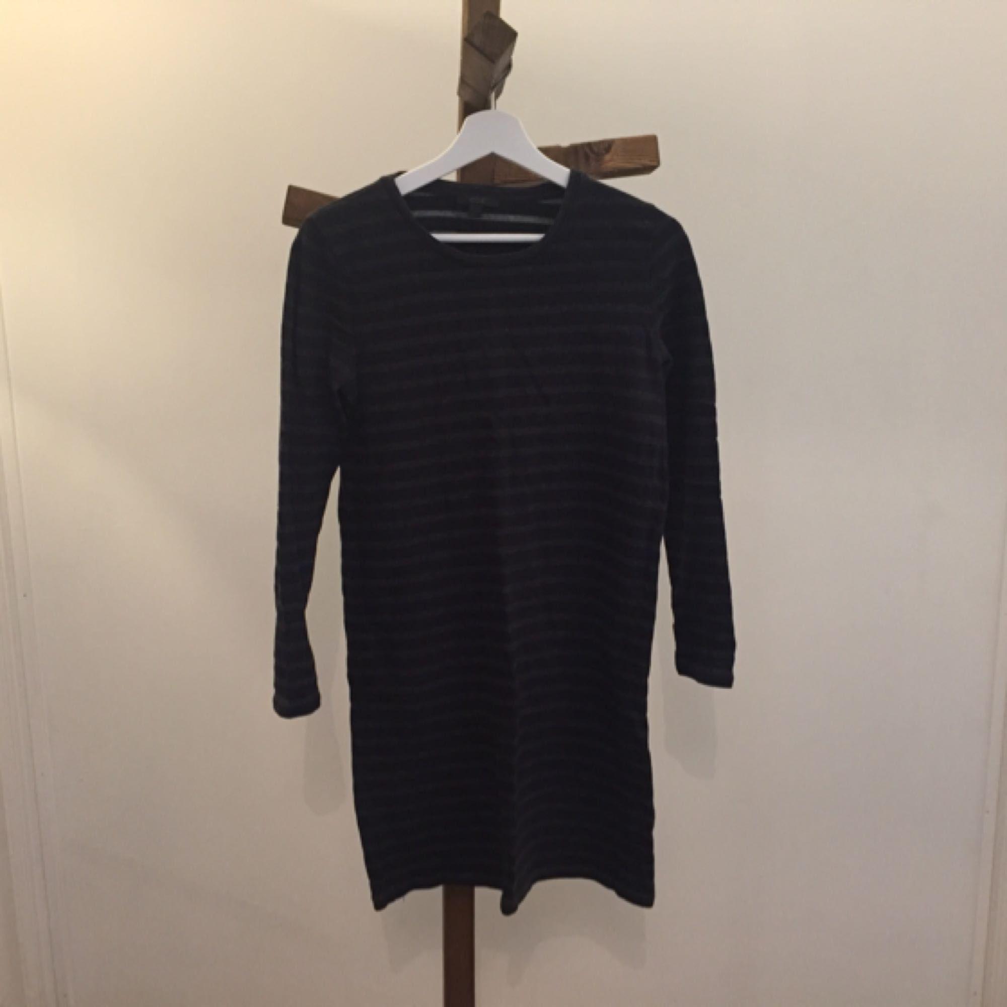 halv-lång , randig klänning från COS. Köpt i Istanbul när jag var där senast. Har använt den men inte otroligt mycket.. Klänningar.