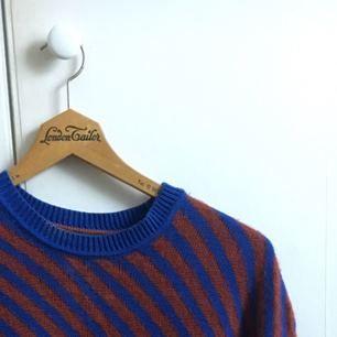 Finstickad tröja från Tommy Hilfiger i storlek L men passar även M. Köpt second hand men jag själv har knappt använt den, tycker inte den känns så gammal i skicket heller.  Frakt inkluderat i priset!