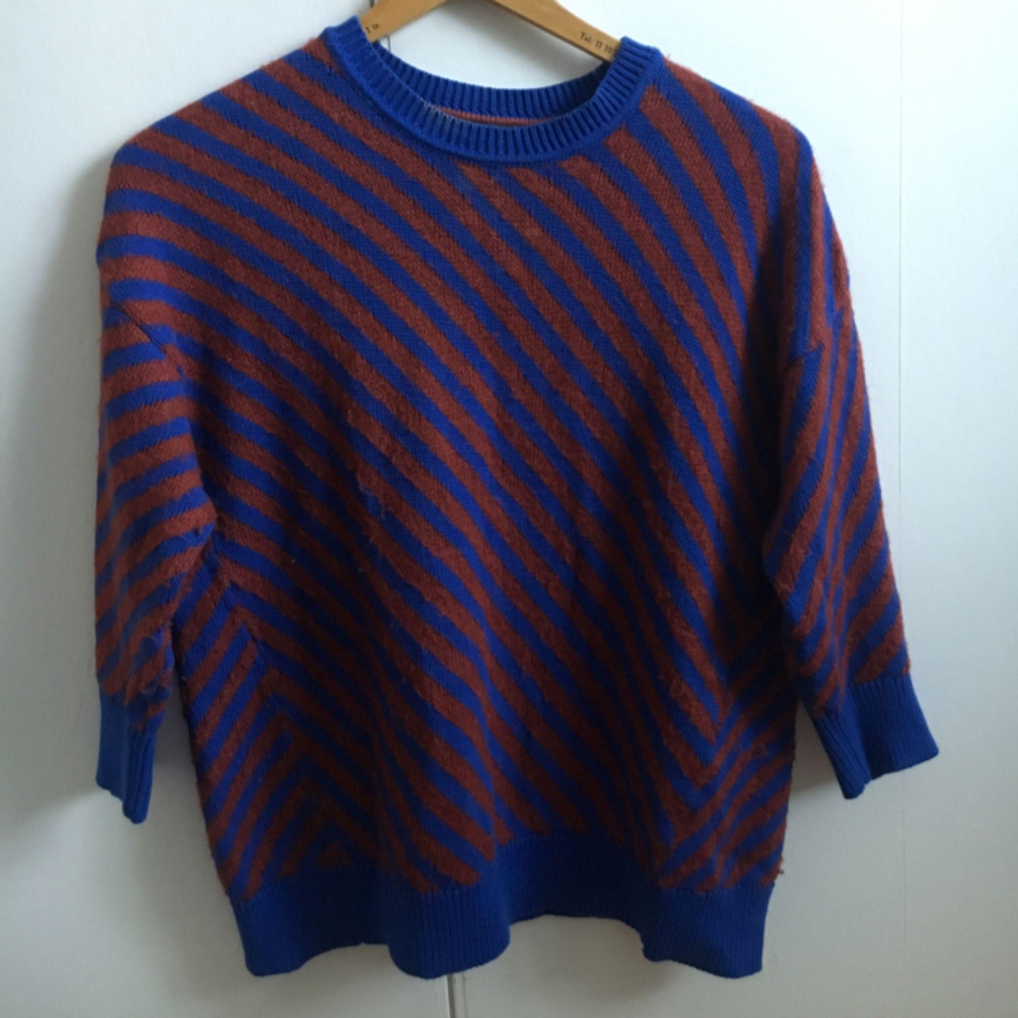 Finstickad tröja från Tommy Hilfiger i storlek L men passar även M. Köpt second hand men jag själv har knappt använt den, tycker inte den känns så gammal i skicket heller.  Frakt inkluderat i priset!. Stickat.