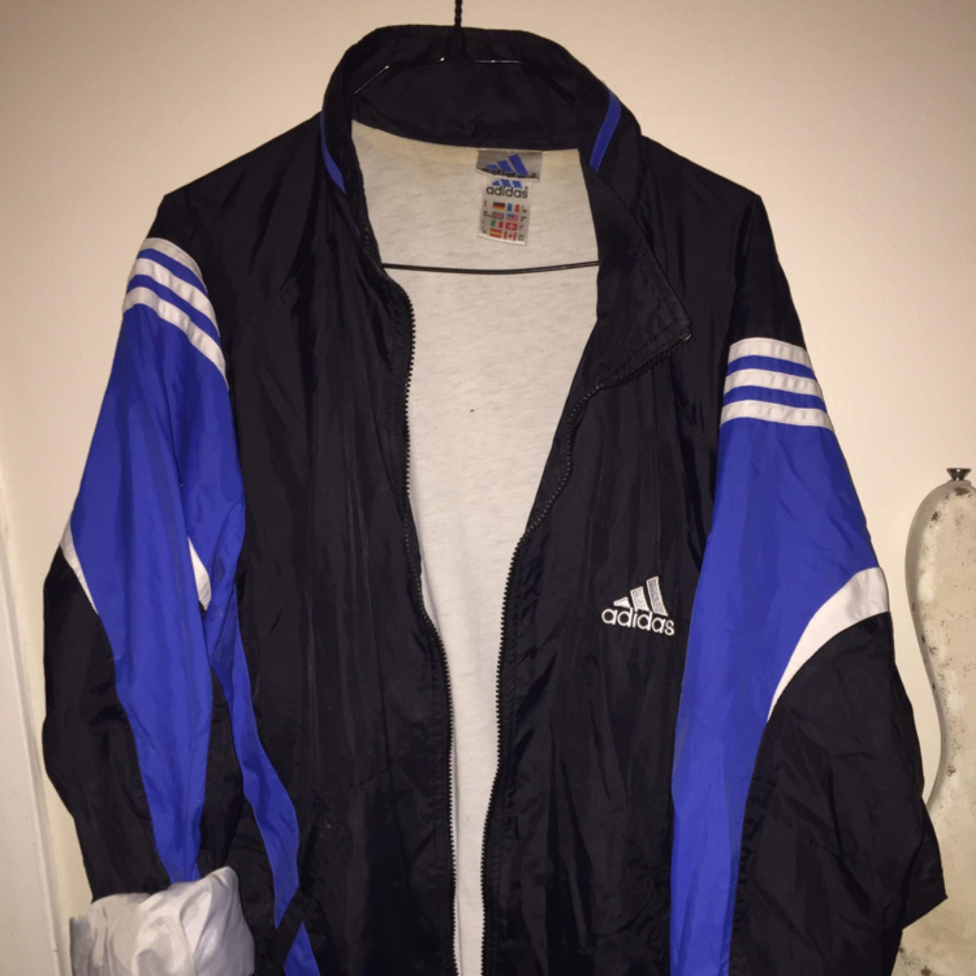 Vintage Adidas sport/vindjacka i gott skick. Dragkedja i fram. Färgen är lite off pga blixten på dom första bilderna, men stämmer på den sista. Frakt ingår. . Jackor.